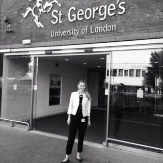 Η ιατρός κατά την περίοδο της εκπαίδευσής της στο St George's University Hospital στο Λονδίνο.